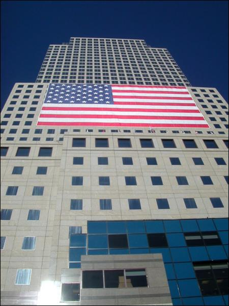Pourquoi le drapeau américain, appelé 'Stars and Stripes', comporte-t-il 13 bandes horizontales ?