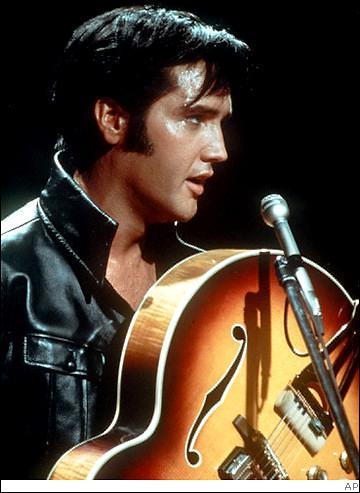 Par quel moyen Elvis Prestley se fait-il remarquer pour la première fois en 1953 ?
