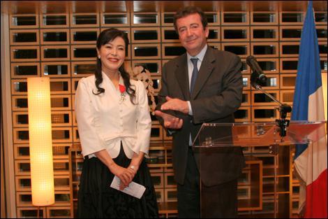 Quelle distinction a reçu Riyoko Ikeda, l'auteur du manga 'La Rose de Versailles' qui a inspiré la série ?