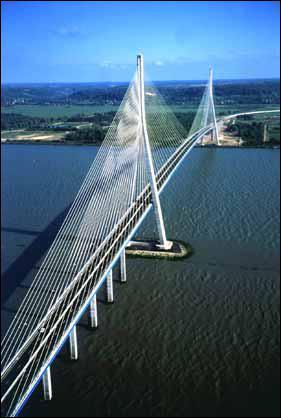Le pont de Normandie relie le Havre à Honfleur en franchissant un estuaire. Soutenu par des câbles en métal, c'est un pont... ?