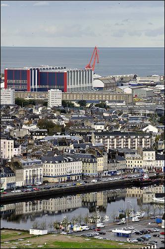 Quelle ville normande abrite un port militaire et la plus grande rade artificielle du monde ?