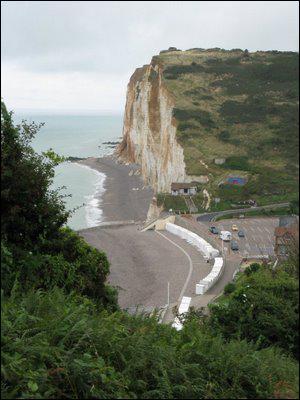 Comment s'appelle le chemin qui longe sur 8km le littoral de la Basse Normandie ?