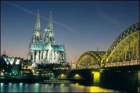 Il s'agit là d'un monument célèbre, attraction touristique et symbole de la ville où il se trouve. Le reconaissez-vous ?