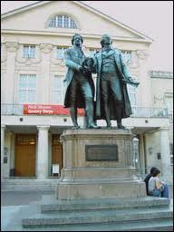 Dans quelle ville se trouve cette statue de Goethe et Schiller ?