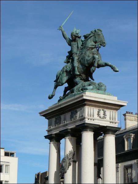 Quel héros de l'histoire de France était auvergnat et a une statue à son effigie à Clermont-Ferrand ?