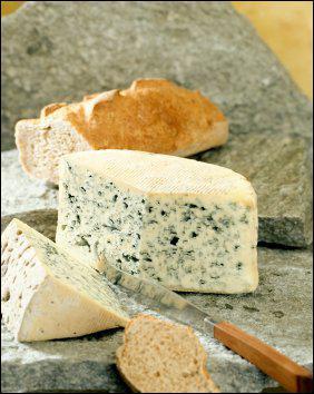La région est connue pour le Bleu d'Auvergne, mais produit bien d'autres fromages. Quel fromage n'est pas auvergnat ?