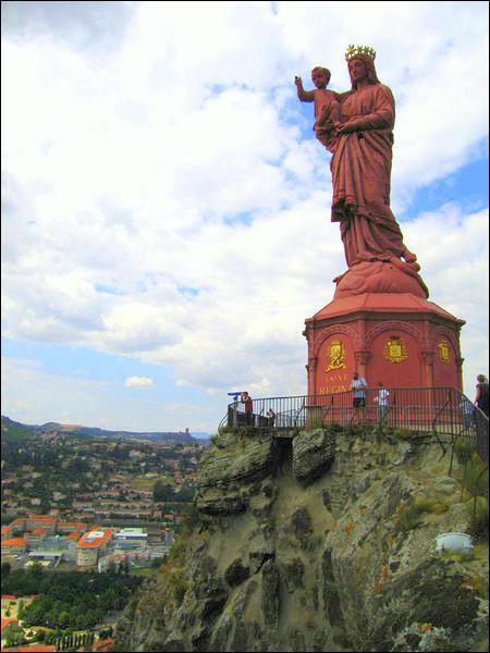 Dans quelle ville peut-on admirer la statue de Notre-Dame de France, haute de 16m et fabiquée avec le bronze des canons offerts par Napoléon III ?