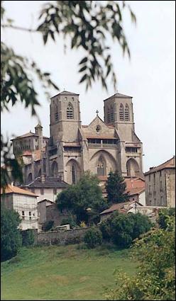 Quelle commune de Haute-Loire est célèbre pour son architecture gothique et ses abbayes du XIIème siècle ?