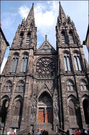 Quel matériau a été ultisé pour la construction de la cathédrale Notre-Dame-de l'Assomption, à Clermont-Ferrand ?