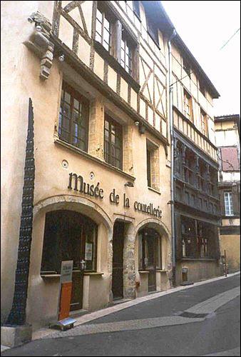 Quelle est la spécialité de la ville de Thiers ?