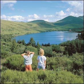 Quel parc naturel peut-on visiter dans la moitié Ouest de l'Auvergne ?