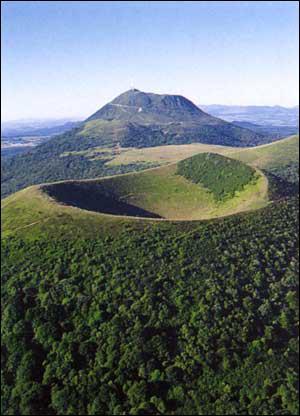 Quelle est la particularité des montagnes citées à la question précédente ?