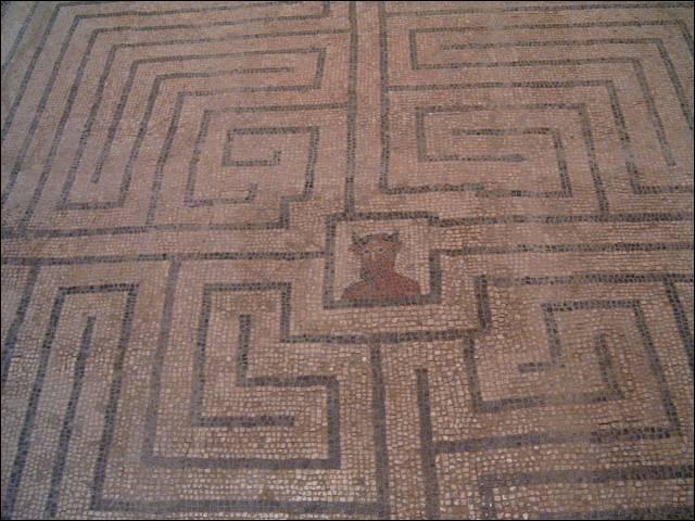 Dans la mythologie grecque, quel édifice Dédale a-t-il construit pour enfermer le Minotaure ?