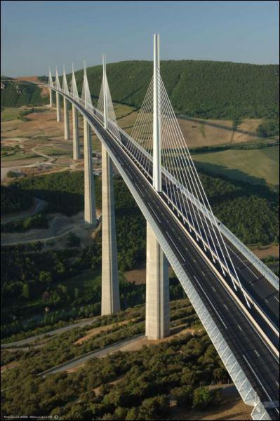 Quel grand pont suspendu surplombe la vallée du Tarn, dans l'Aveyron ?