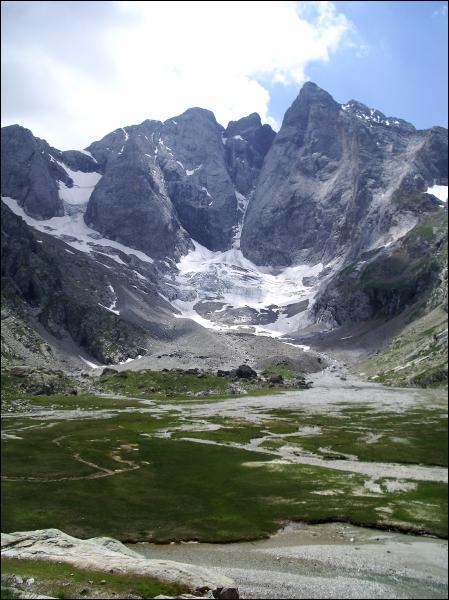 Quel est le plus haut sommet des Pyrénées françaises, avec près de 3300m d'altitude ?