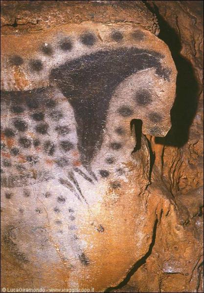 Quel est ce site du Lot orné de peinture d'animaux et de mains par les hommes préhistoriques ?