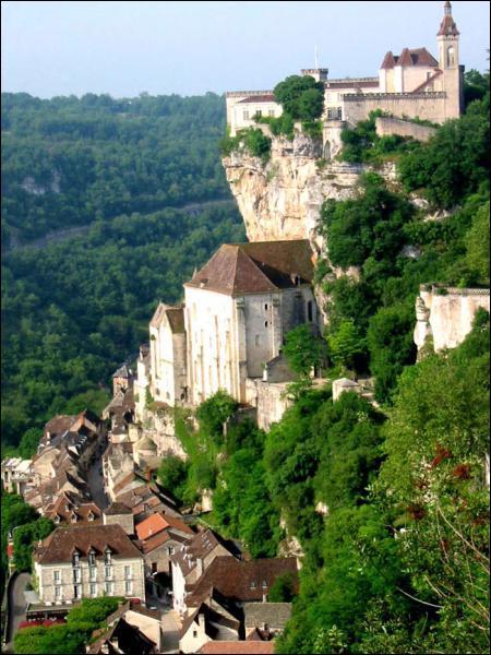 Ce village médiéval perché sur une falaise est l'un des sites les plus visités de France. Il est situé sur une route de pèlerinage et comporte des sanctuaires et des reliques. C'est... ?