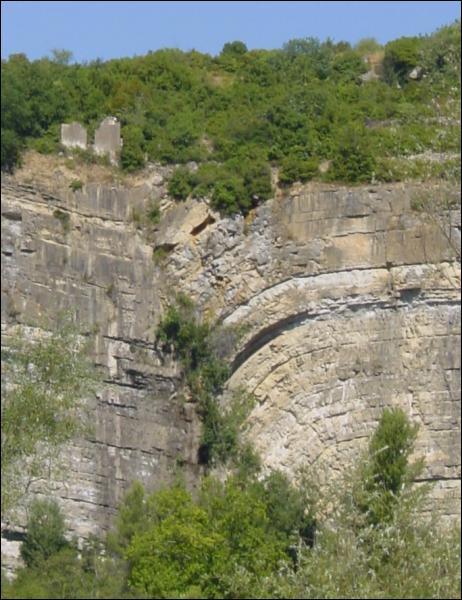 Comment appelle-t-on les plateaux rocheux du Midi, tels qu'on peut en voir dans la vallée du Lot ?