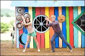 Dans Hannah Montana 'le film', dans quelle tenue arrive Miley à l'anniversaire de Lilly ?