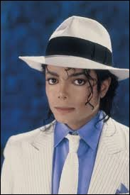 Que fait Michael Jackson sur ''Smooth Criminal'' dans ''Moonwalker'' ?