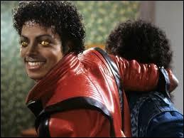 Quelle somme a atteint le blouson qu'il portait dans ''Thriller'' lors d'une vente aux enchères ?