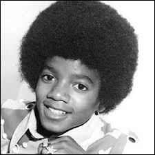 Pas facile de dire qui a vendu le plus ! Mais on peut dire que Michael Jackson est à peu près à égalité avec qui ?