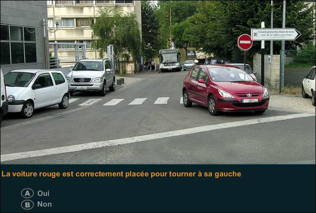 La voiture rouge est correctement placée pour tourner à sa gauche ?