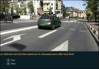 Le véhicule vert est bien placé sur la chaussée pour aller tout droit ?