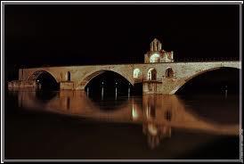 Connue pour son pont Saint Benezet (sur lequel on a du beaucoup danser) et son festival, c'est :