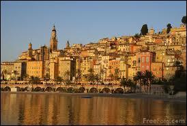 Ville prestigieuse de la côte d'Azur, on y fête le citron :