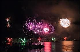Quelle est cette ville qui organise chaque année en juillet sa magnifique 'fête du lac' (festival pyrotechnique) ?