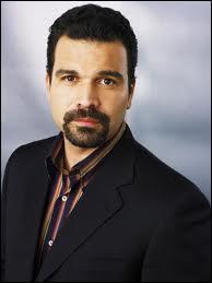 Qui joue le rôle de Carlos Solis ?