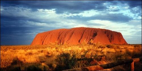 Dans quel pays se trouve le Mont Ayers Rock, aussi appelé Uluru ?
