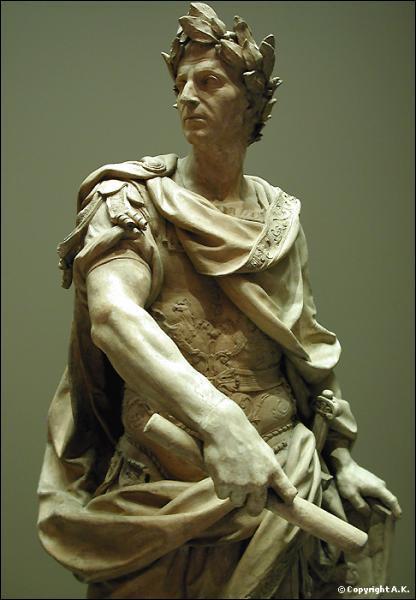 Jules César est assassiné lors des Ides de mars de l'an 44 av JC. Il tombe percé de pas moins de 23 coups de poignards. Qui fut le premier à le frapper de son épée ?