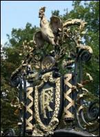Le coq apparaît dès l'Antiquité sur des monnaies gauloises. Qui a dit 'le coq n'a point de force, il ne peut être l'image d'un empire tel que la France' le refusant comme emblème ?