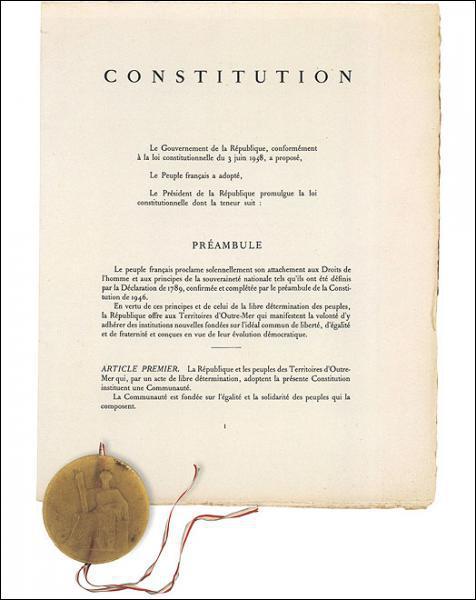 Selon l'article 2 de la Constitution, parmi ces symboles lequel est le seul emblème national de la France ?