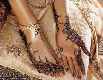 Avec quoi les mariées traditionnelles orientales décorent-elles leurs mains et leurs pieds ?