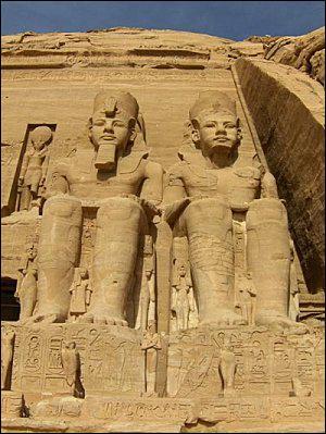 Quels monuments fameux sont édifiés par Ramsès II ?