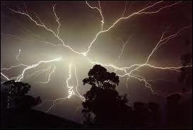 Comment évalue-t-on la distance en km qui nous sépare du lieu où tombe la foudre par temps d'orage ?