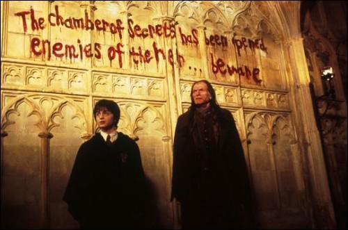 Qui a écrit sur les murs de Poudlard avec son propre sang ?