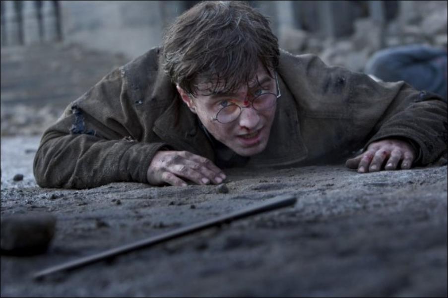 Voldemort ayant lancé un Avada Kedavra à Harry. Celui-cil ne meurt pas car il avait un Horcruxe sur lui. Qui ment à Voldemort en lui faisant croire que Harry est mort ?