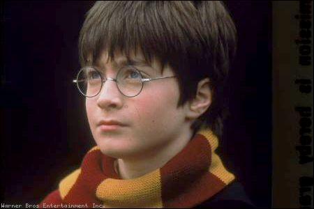 Lorsqu' Harry est à l'extérieur , dans la neige, et qu'il fait voler Hedwige, de quelle couleur sont ses gants ?