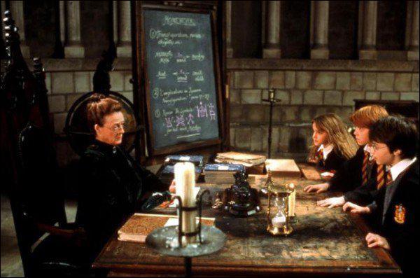 Harry , Ron et Hermione vont chez le professeur McGonagall et demandent à voir Dumbledore, mais il est absent. Qui d'autre est présent dans le bureau de McGonagall à ce moment ?
