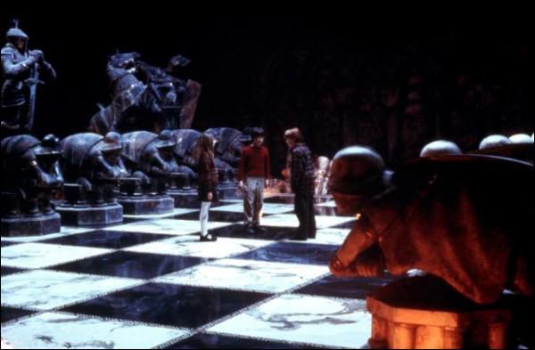 Au début de la partie d'échec avec l'échiquier géant, sur quelle case Ron ordonne-t-il au premier point de se mettre ?