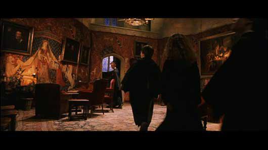 En montant les escaliers de la salle commune de Gryffondor , où est situé le dortoir des filles ?