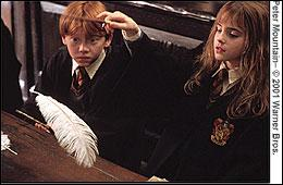 Au fameux cours de sortilèges où l'on entend 'Wingardium Leviosa', qui sont les élèves que l'on peut apercevoir derrière Ron et Hermione ?