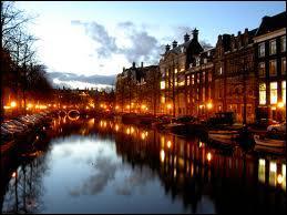 Dans quelle ville chantée par Jacques Brel 'y a des marins qui chantent' ?