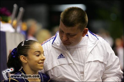 Comment s'appelle l'entraîneur de Youna ?