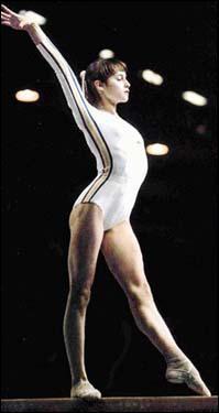 Comment s'appelle la seule gymnaste au monde qui a eu 10/10 ?