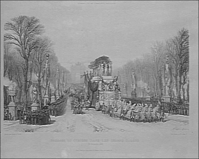 Sur son ordre, l'Arc de Triomphe sera construite dès 1808. Il ne la verra jamais. Il passera pourtant dessous 19 ans après sa mort. La formule consacrée de cette journée est 'le retour des cendres'...